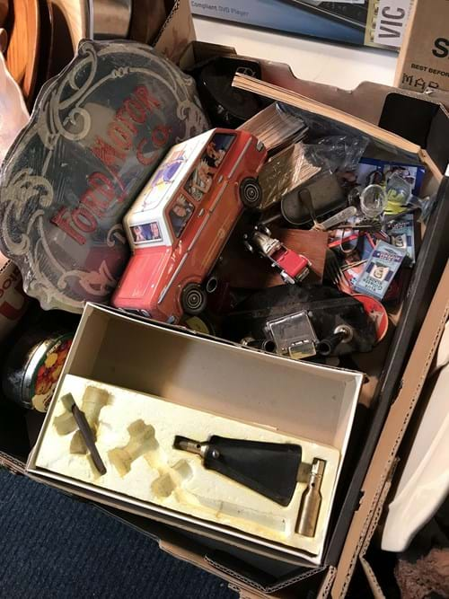 LOT 9	~	Box of Collectables
