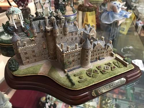 LOT 146	~	Lilliput Lane 'Glamis Castle' Handmade Model Building Building in Original Box