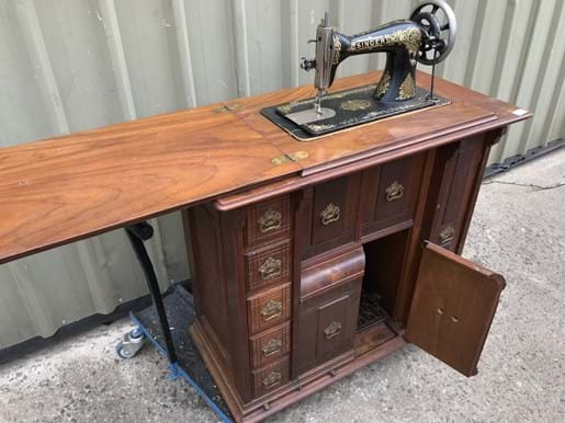 LOT 118	~	Singer Sewing Machine in Cabinet